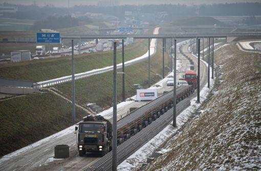Mega-Lkw bringt erste Schienen für Bahnprojekt Stuttgart-Ulm