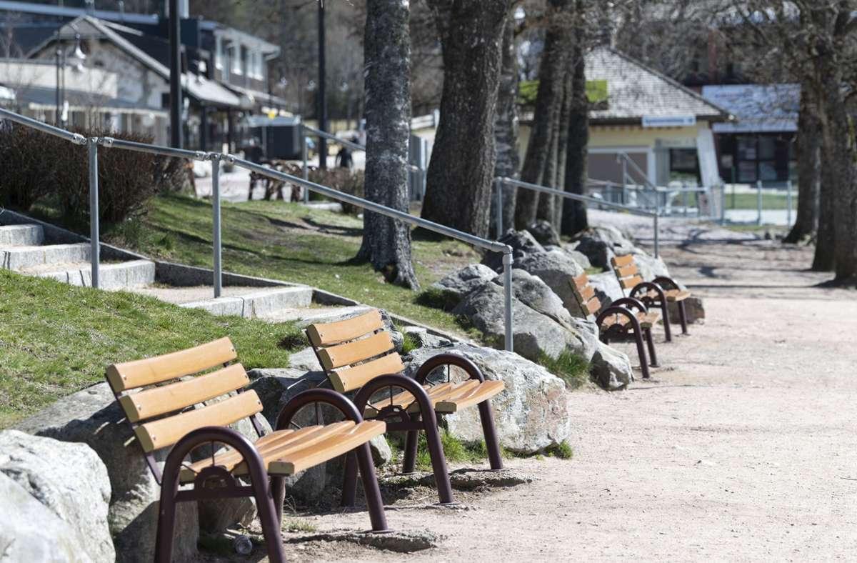Leere Bänke – der Tourismus im Schwarzwald leidet unter der Coronapandemie. Foto: dpa/Patrick Seeger