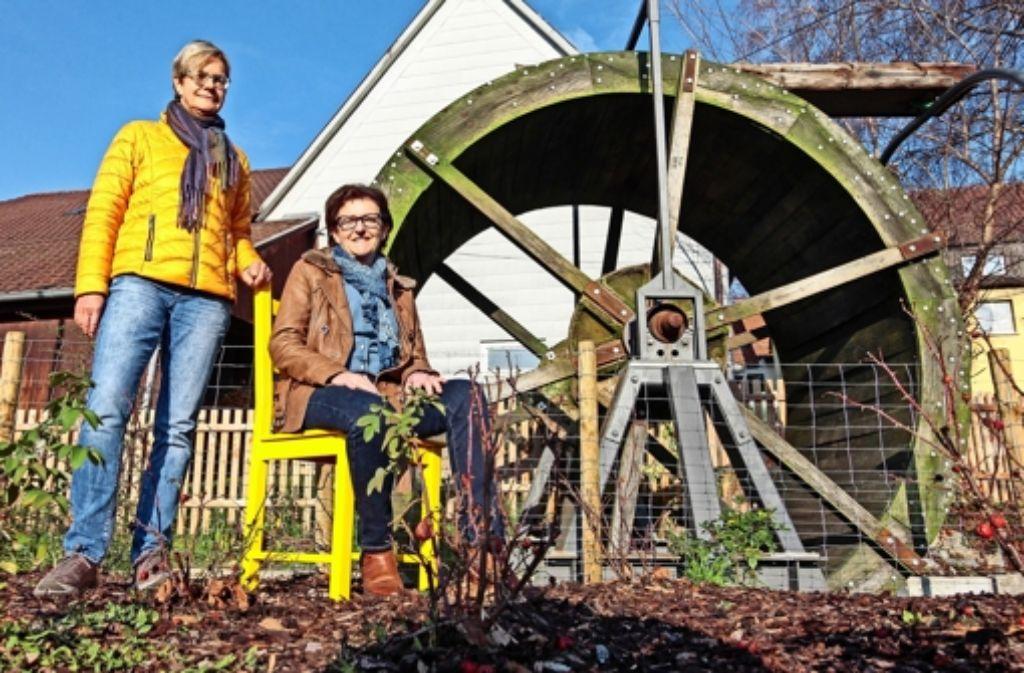 Ruth Romanowski-Steger (links) und Christine Merkle gehören  seit Anbeginn der Bürgerstiftung  an. Das Mühlrad haben Jugendliche mit ihren Jobpaten restauriert. Foto: factum/Granville