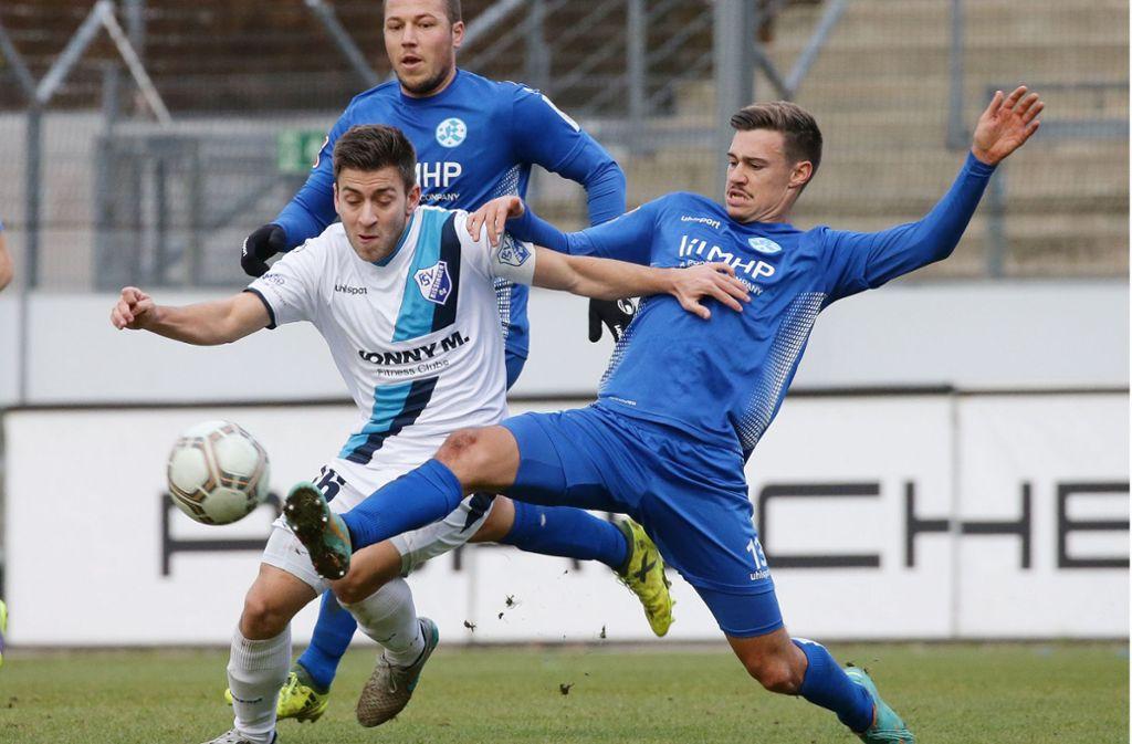Drängt sich durch gute Trainingsleistungen auf: Kickers-Abwehrspieler Daniel Niedermann (re.). Foto: Baumann