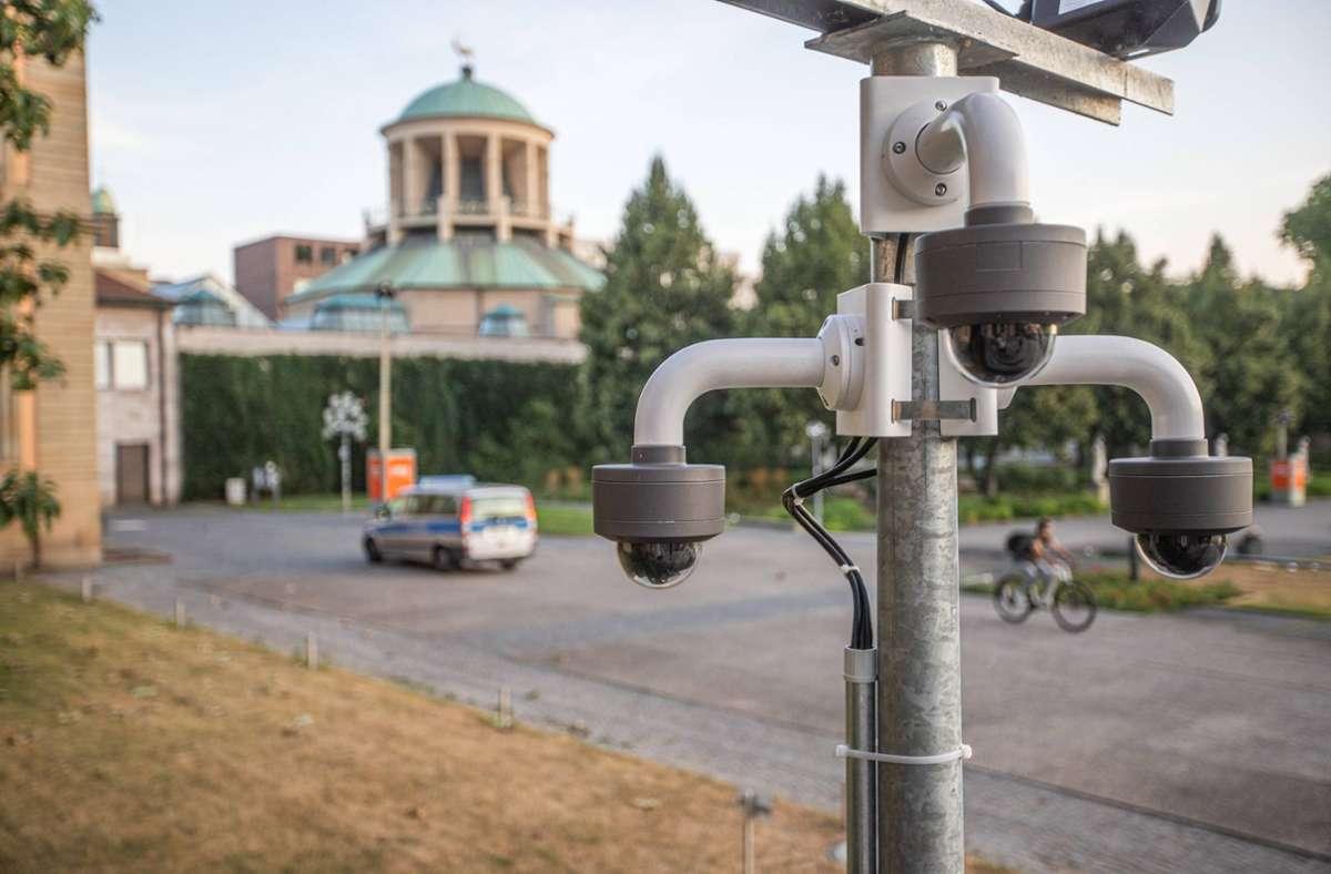 Die  Videokamera am  Neuen Schloss mit Blick auf den Kunstverein (rechts befindet sich der Eckensee). Foto: 7aktuell/Simon Adomat