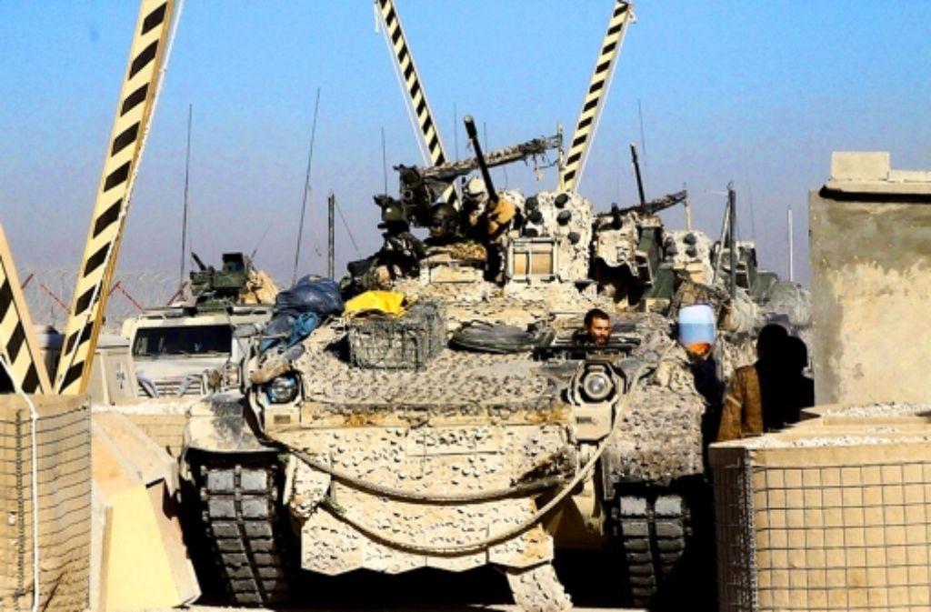 Der letzte Schützenpanzer aus Kundus passiert das Tor in Masar-i-Scharif. Foto: Bundeswehr