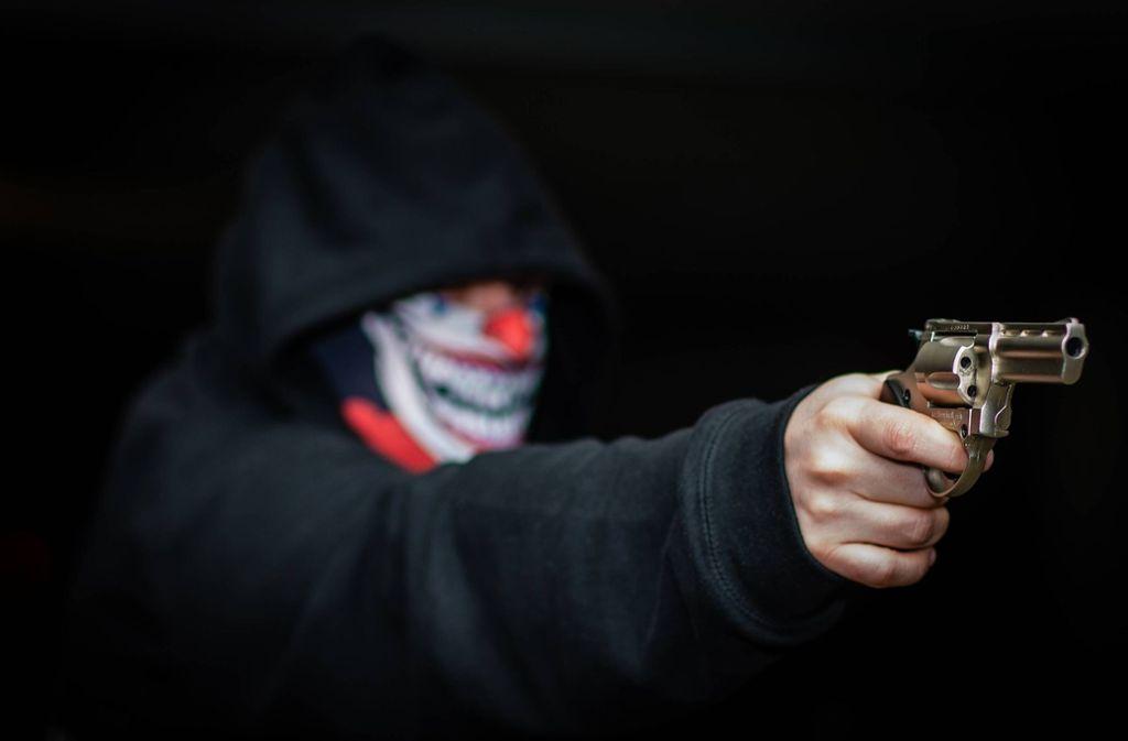 Ein 33-Jähriger soll einen 24-Jährigen mit zwei Kopfschüssen getötet haben. (Symbolbild) Foto: imago images/KS-Images.de