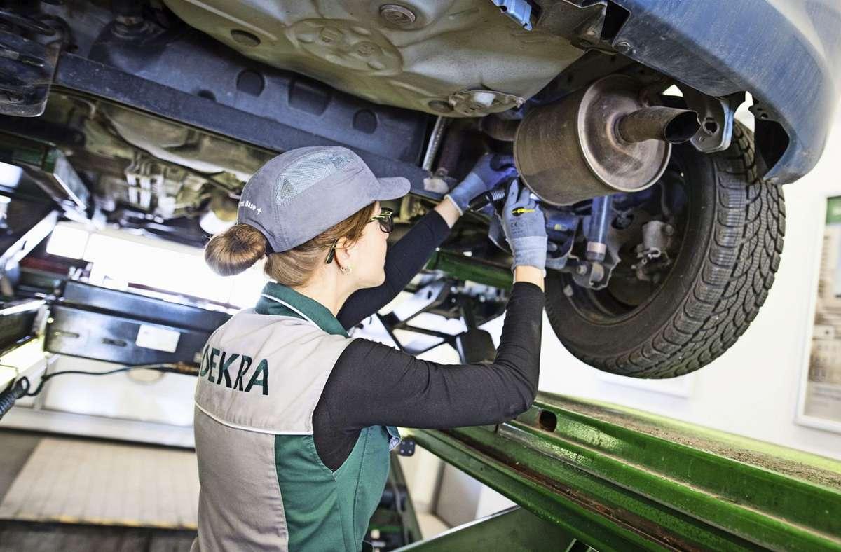 Die Dekra führt unter anderem Hauptuntersuchungungen an Autos durch. (Archivbild) Foto: picture alliance / dpa/Christoph Schmidt