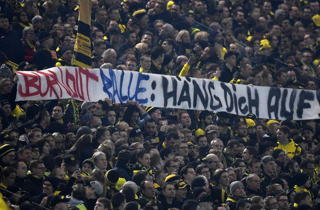 """Ein besonders geschmackloses Transparent richtete sich gegen RB-Sportdirektor Ralf Rangnick: """"Burnout-Ralle, häng Dich auf!"""" Foto: AP"""