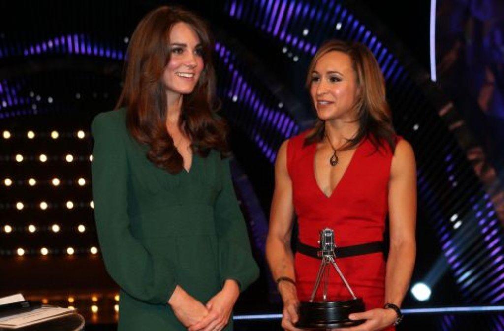 Keine Spur von Übelkeit: Die schwangere Herzogin Kate - hier zusammen mit der Mehrkämpferin Jessica Ennis - hat sich bei der Verleihung der Preise für die britischen Sportler des Jahres wieder in der Öffentlichkeit gezeigt. Foto: dapd