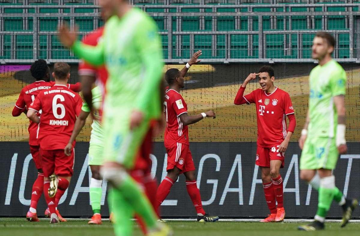 Jamal Musiala (Zweiter von rechts) traf doppelt gegen Wolfsburg. Foto: dpa/Michael Sohn