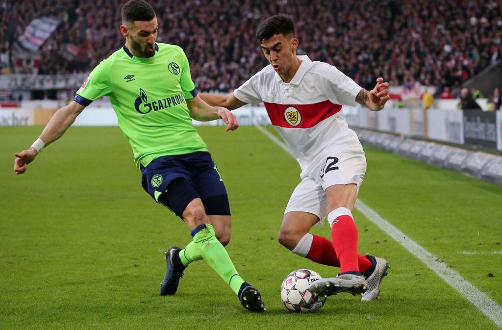 Zweikampf aus dem Hinspiel, das der VfB mit 1:3 verlor: Schalkes Daniel Caligiuri (li.) gegen den damaligen VfB-Torschützen Nicolas Gonzalez. Foto: Baumann