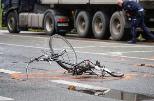 Lkw kollidiert mit Fahrradfahrer