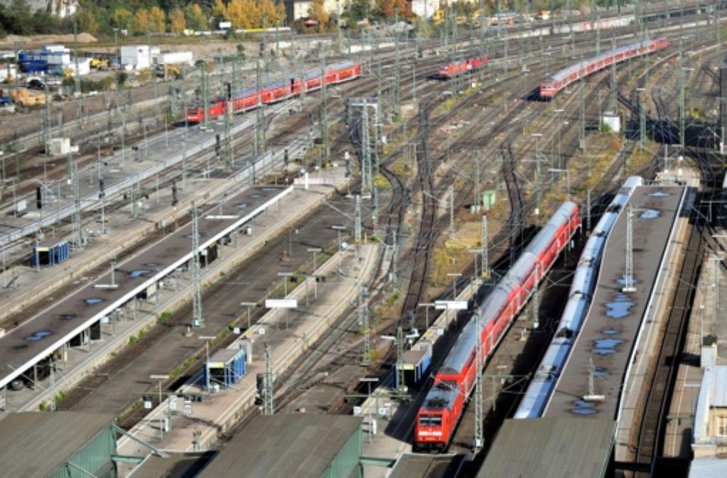 Der Stuttgarter Kopfbahnhof (Archivbild) soll laut einem neuem Gutachten weniger Komfort bieten, als der geplante Durchgangsbahnhof. Foto: dpa