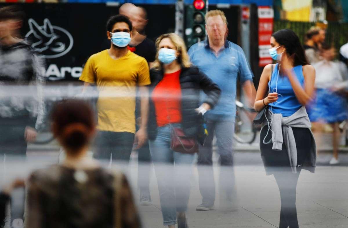 Auch beim Einkaufen müssen die Kunden weiterhin eine Maske tragen. Foto: imago/Jochen Eckel