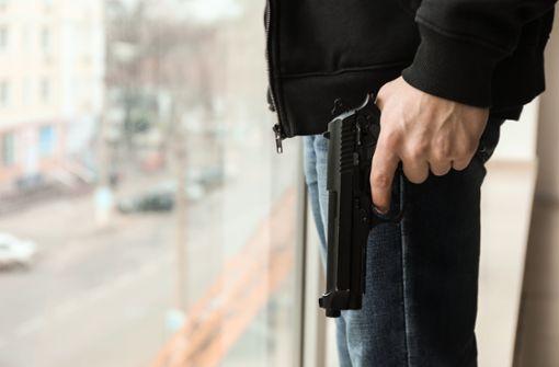 Mann schießt aus Fenster und wehrt sich gegen Festnahme