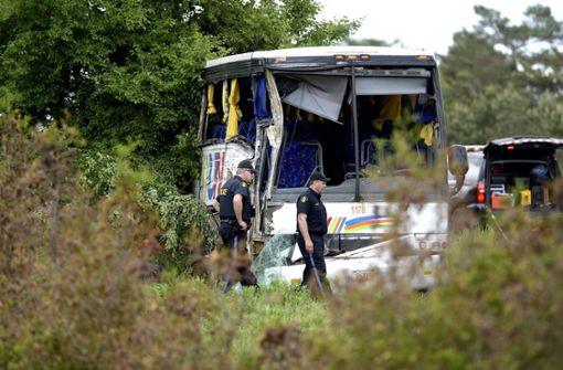 Bus stürzt in Graben – mehrere Verletzte