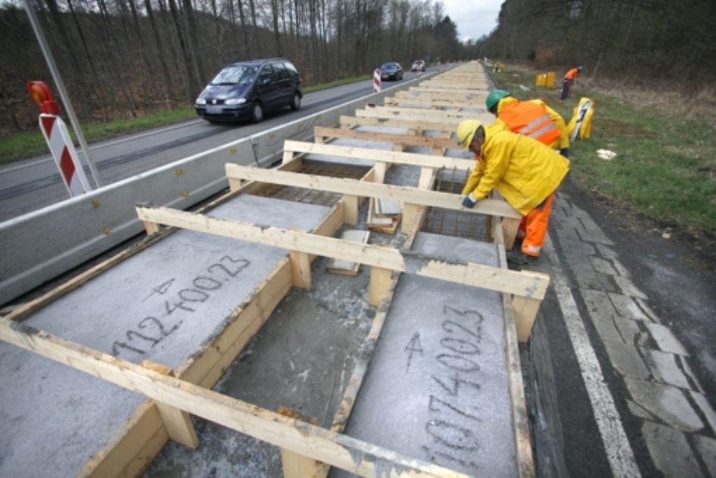 Mit Betonplatten werden auf der Straße Abdrücke gemacht. Foto: factum/Granville