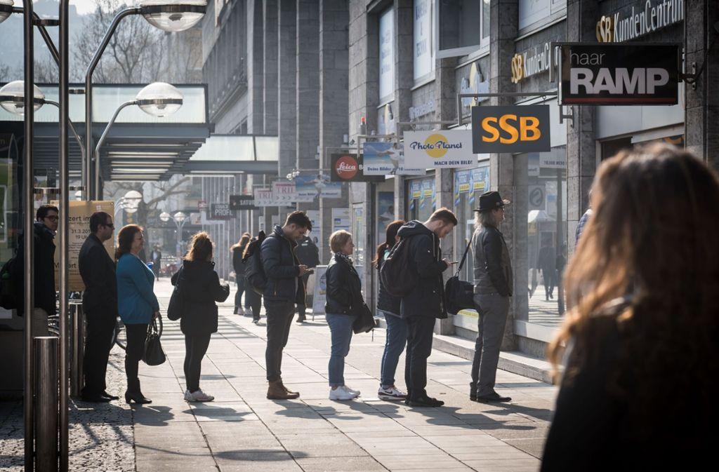 Warteschlange vor dem SSB-Kundenzentrum  in der Innenstadt Foto: Lichtgut/Achim Zweygarth