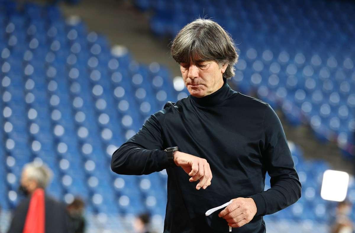 Wartet auf Ansagen: Bundestrainer Joachim Löw sieht dem Länderspiel-Dreierpack mit einem mulmigen Gefühl entgegen. Foto: dpa/Christian Charisius