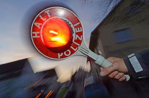 Betrunkene Autofahrerin flüchtet vor Polizei und mäht Blitzer um