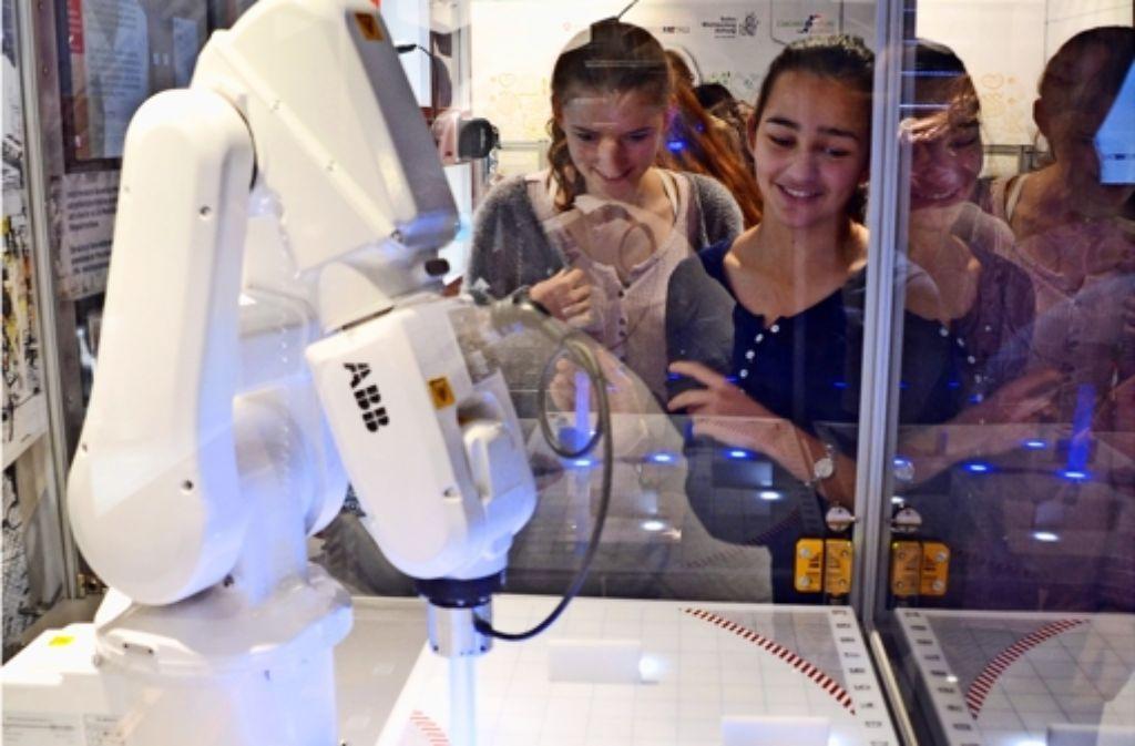 Im Discover Industrie Truck können Schüler Technik zum Anfassen erleben. Den Roboterarm können sie so programmieren, dass er eine bestimmte Strecke abfährt. Foto: Sandra Hintermayr
