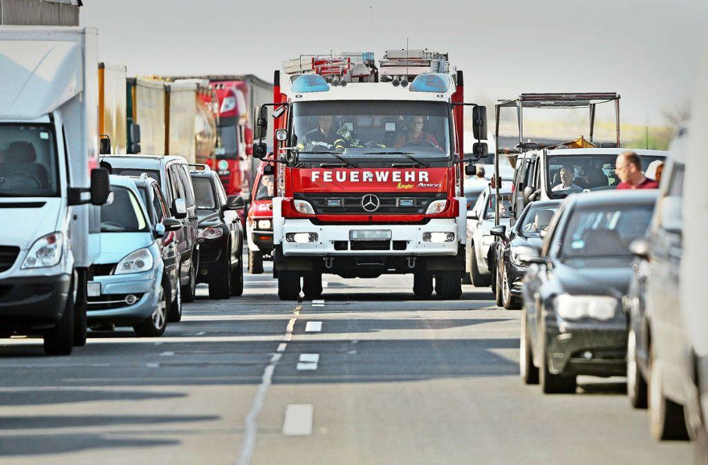 Im Stau müssen die Autofahrer Platz lassen, damit Rettungsfahrzeuge zu Unfallstellen durchkommen. Foto: dpa-