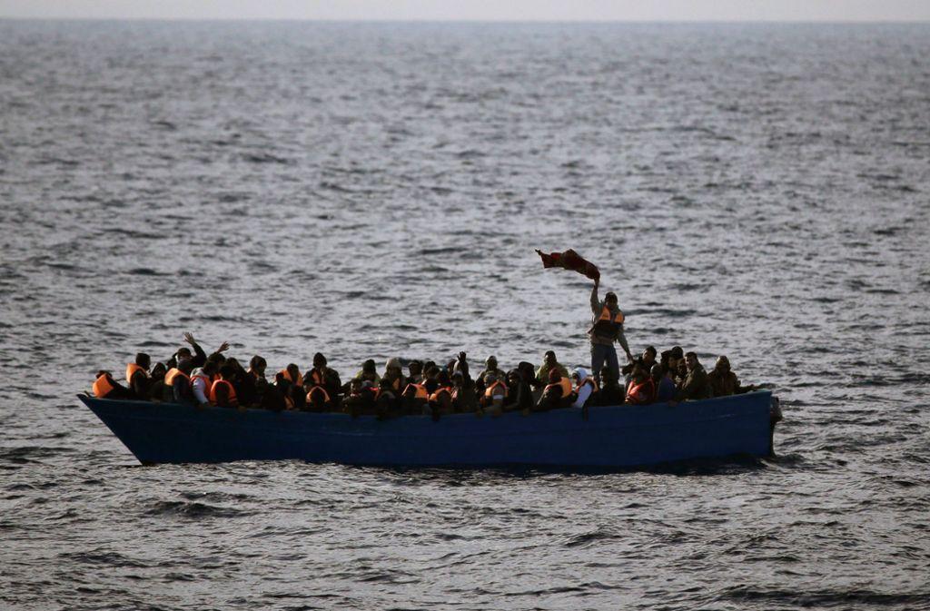 Bei zwei Bootsunglücken sind am Sonntag im Mittelmeer Dutzende Migranten ertrunken. (Symbolbild) Foto: AP