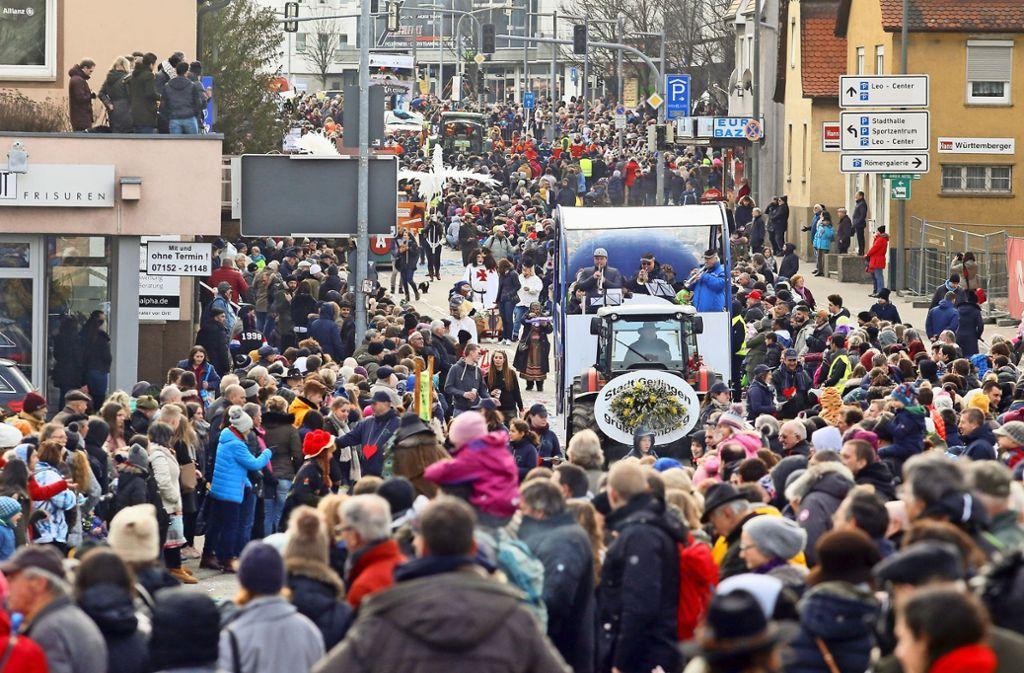 Ganz schön eng: In der Leonberger Innenstadt herrscht während des Umzuges großes Gedränge. Fast 40 000 Menschen verfolgen den Höhepunkt des Pferdemarktes. Foto: factum/Granville