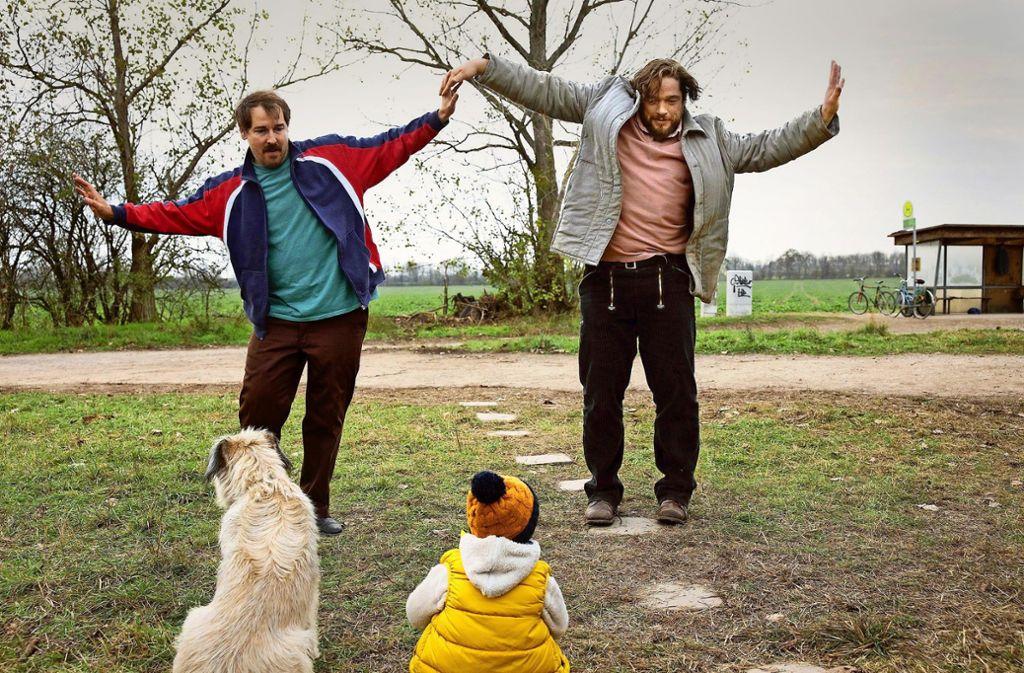 Ralle (Felix Kramer, li.) und Hannes (Ronald Zehrfeld) bespaßen auch mal  Kind und Hund. Foto: rbb/Frédéric Batier