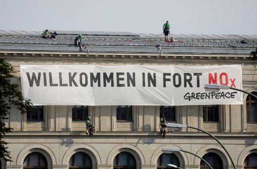 Aktivisten klettern auf Dach des Verkehrsministeriums