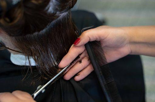 Von Montag an wird der  Friseurbesuch  anders aussehen