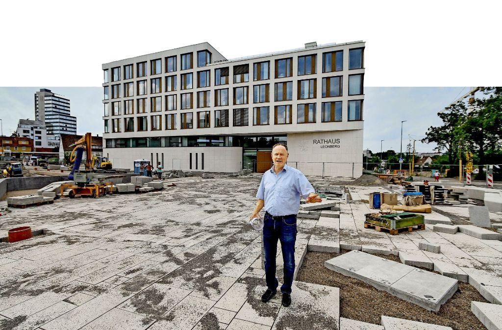 Baubürgermeister Klaus Brenner erklärt, an welchen Stellen die Bauarbeiter noch Hand anlegen müssen. Foto: factum/Bach