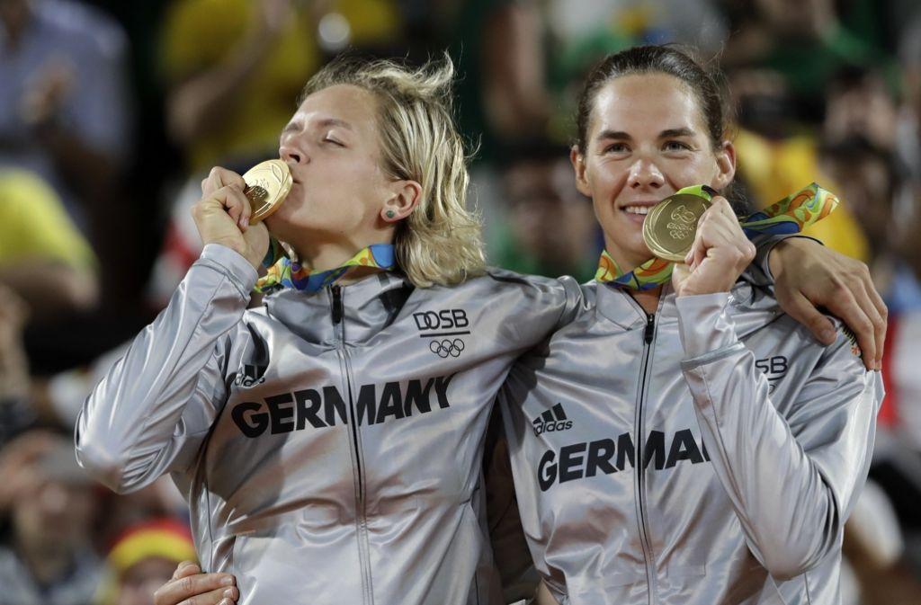 Goldmedaille im Beachvolleyball in Rio de Janeiro: Einen besseren Ort, um Geschichte zu schreiben, hätten sich Laura Ludwig und Kira Walkenhorst nicht aussuchen. Foto: AP