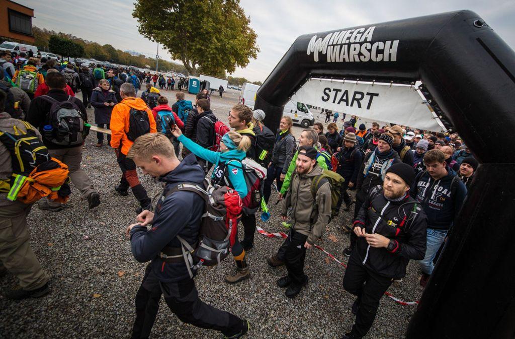 Um 8 Uhr morgens starten die ersten zum Megamarsch in Stuttgart. Foto: Lichtgut/Christoph Schmidt