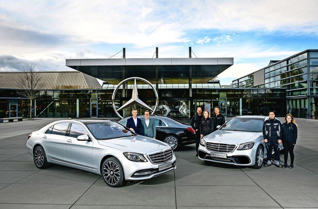 Die Mannschaft und ihr Auto: Jubiläum im Werk in Sindelfingen. Foto: Daimler AG