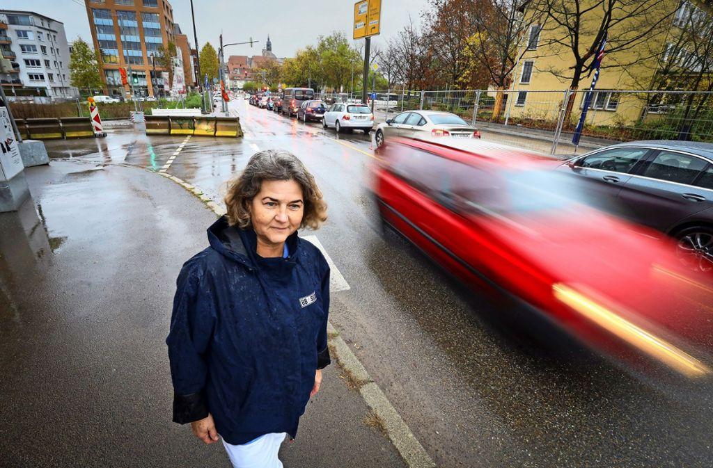 Birgit Häberle  ist  ausnahmsweise mal zu Fuß unterwegs in der seit Monaten halb gesperrten Herrenberger Straße. Foto: factum/ Granville