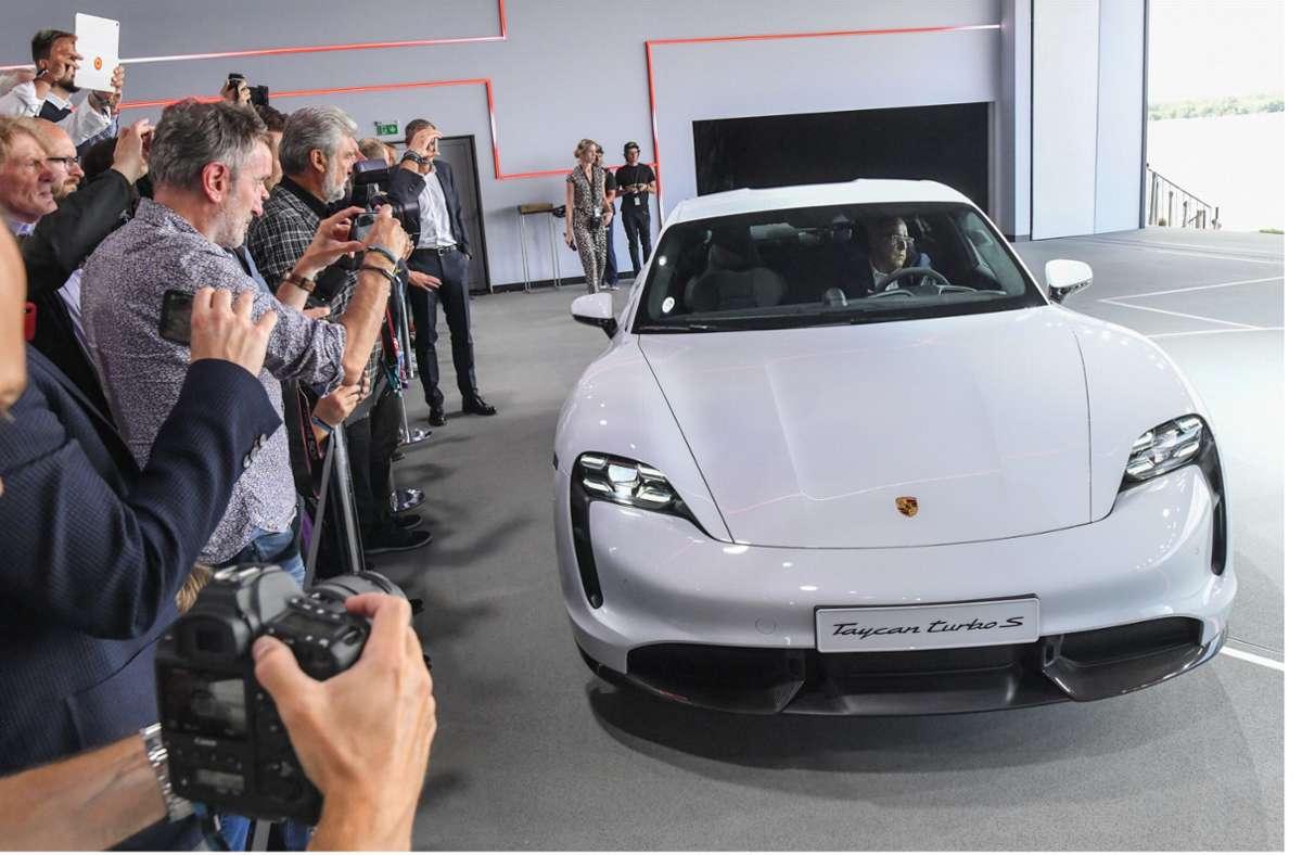 Der Porsche Taycan Turbo S bei seiner Weltpremiere. Foto: dpa/Patrick Pleul