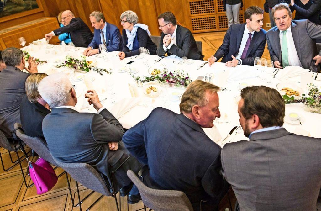 Zum Abschluss gibt's Spargel: Mit einem gemeinsamen Abendessen beenden Grün-Rot die gemeinsame Regierungszeit. Foto: dpa