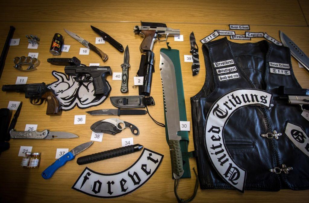 Immer wieder hebt die Polizei bei den United Tribuns Waffen aus. Foto: Lichtgut/Achim Zweygarth