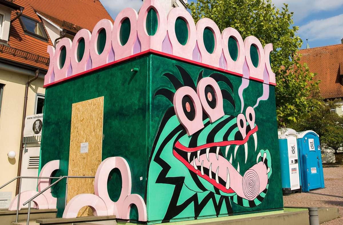 Die Dixi-Toiletten neben dem Ungerer-Klo sind nicht ansatzweise so kunstvoll gestaltet. Foto: Ines Rudel/Ines Rudel
