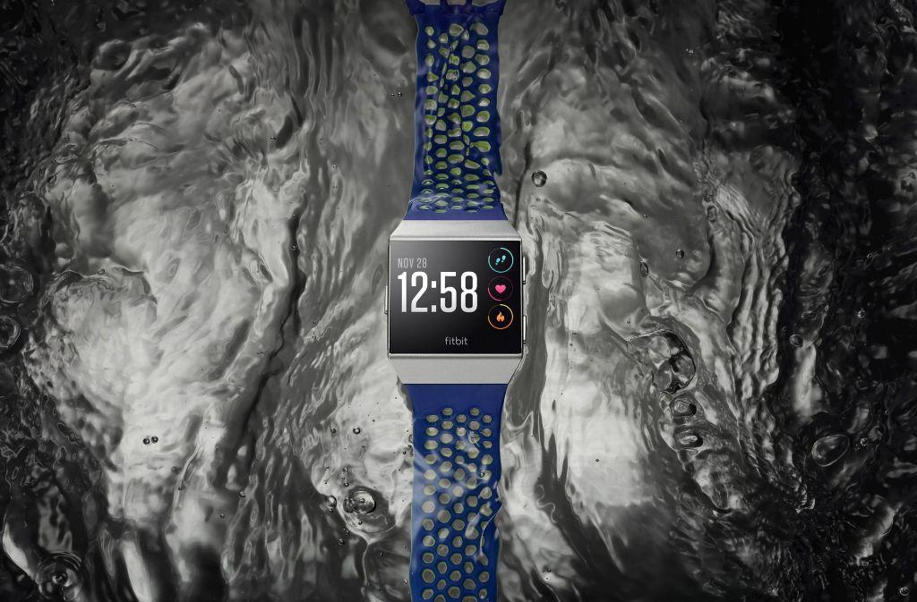 """Smartwatch """"Ionic"""" ist wasserdicht bis zu einer Tiefe von 50 Meter. Foto: Fitbit"""