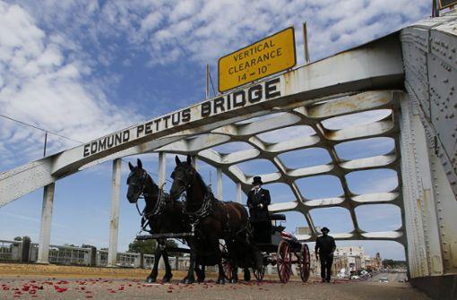 John Lewis überquert noch einmal die Edmund Pettus Bridge