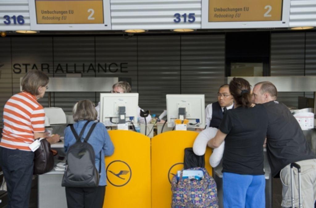 Viel Geduld müssen die streikgeplagten Lufthansa-Kunden aufbringen. Foto: dapd