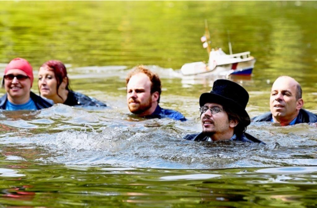"""Schwimmen im See: die Mitglieder """"der Partei"""". Foto: Horst Rudel"""