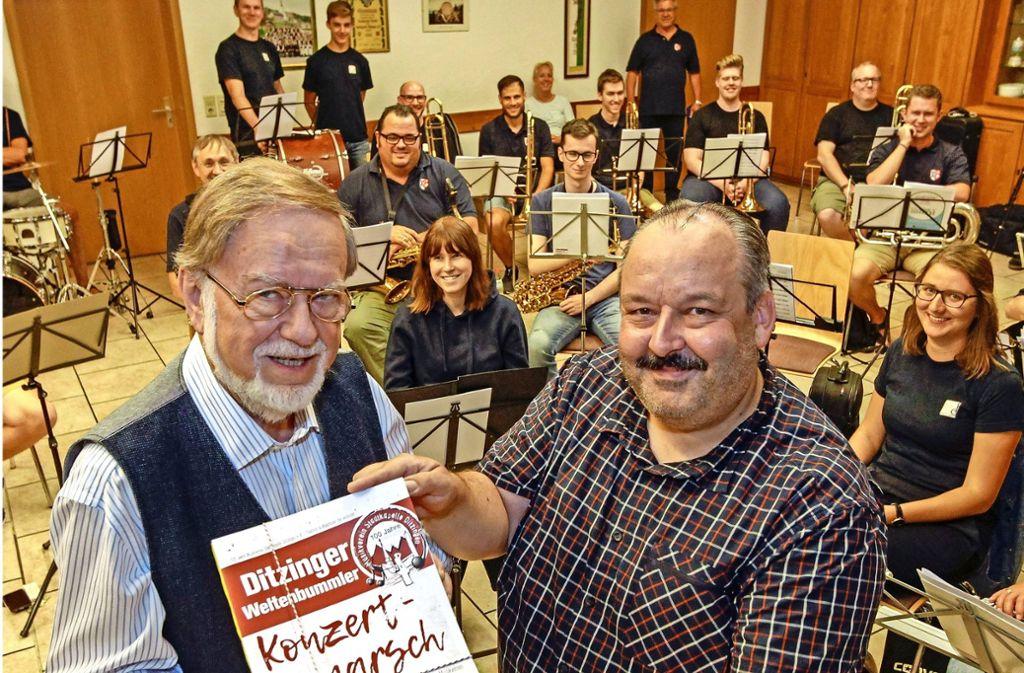Der Komponist Franz Watz (links) übergibt dem Dirigenten Peter Pfeiffer den Jubiläumsmarsch.....danach spielen die Mitglieder des Musikvereins Stadtkapelle das Werk zum ersten Mal in großer Besetzung. Foto: