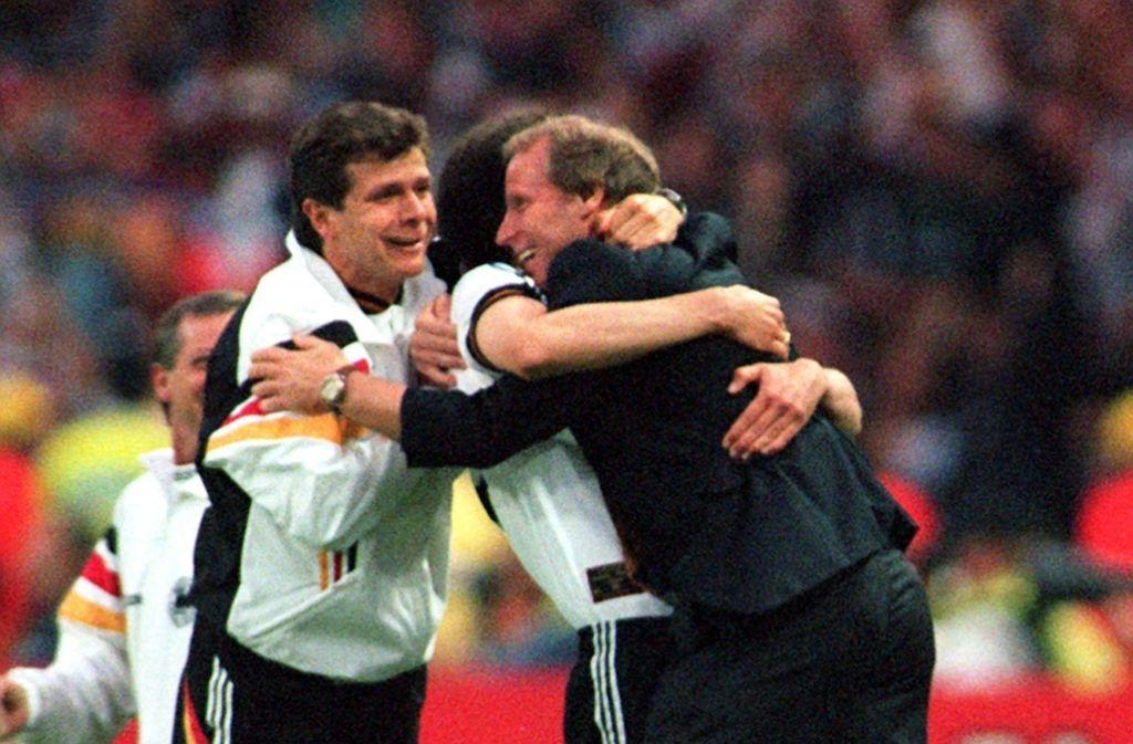 Andreas Möller (links) und Berti Vogts (rechts) jubeln über den EM-Titel 1996. Foto: dpa