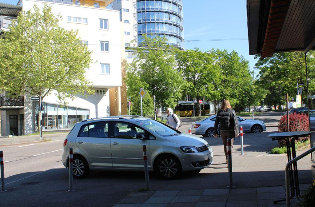 Einen Parkplatz gibt es noch – trotz der Poller. Foto: Tilman Baur