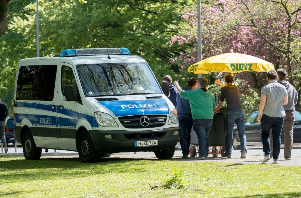 Bollerwagen und Bier – das ist eine klassische Mischung für den Vatertag. Und für die Polizei ein üblicher Arbeitstag. Foto: dpa