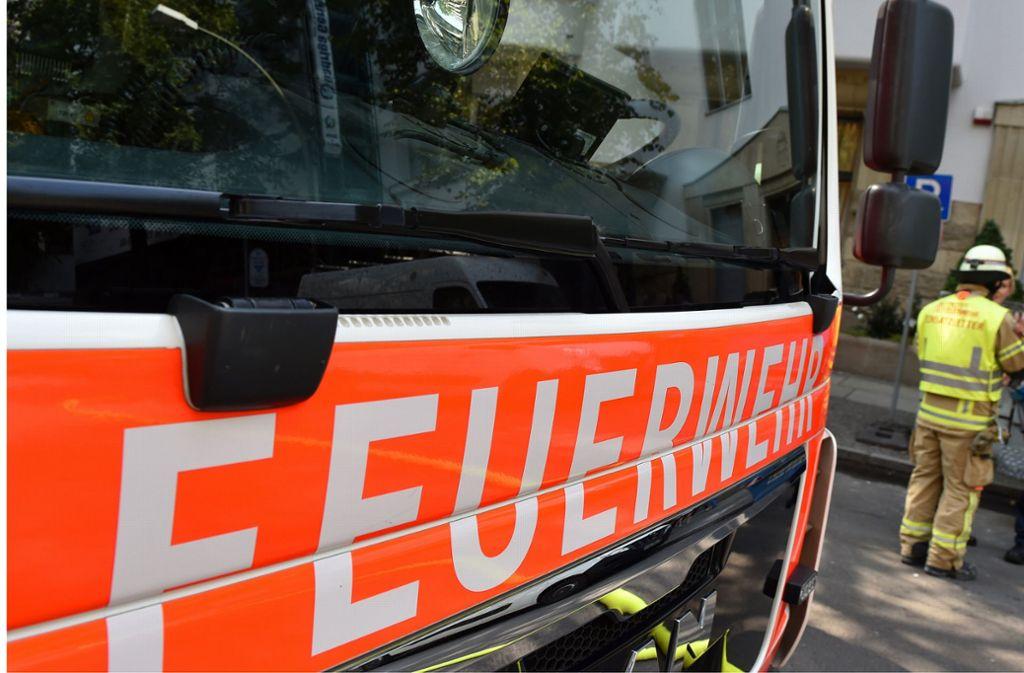 Die Feuerwehr war mit 12 Fahrzeugen und mehr als 60 Kräften im Einsatz. (Symbolbild) Foto: dpa/Jens Kalaene