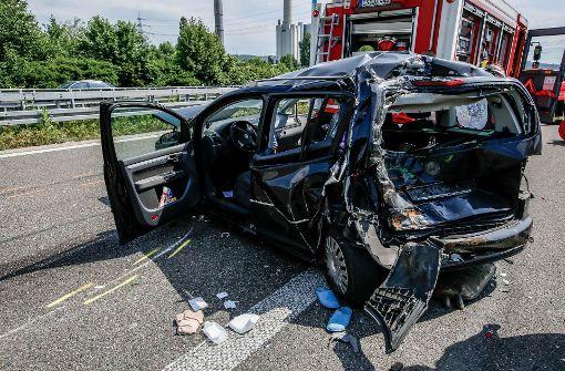 Lastwagen kracht  auf  stehendes Auto