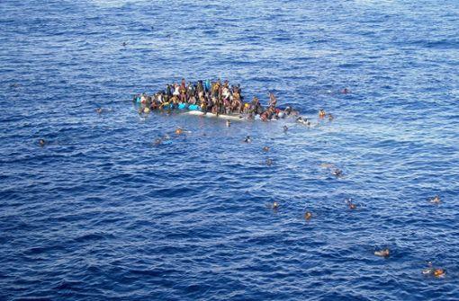 Flüchtlingsboot kentert – mehr als 90 Tote befürchtet