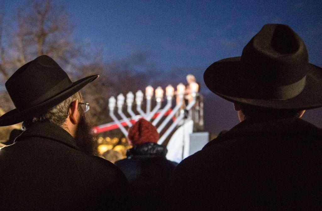 Vor Besuchern wurden am 27. Dezember 2016 auf dem Schlossplatz in Stuttgart Lichter auf einem Chanukka-Leuchter entzündet. Foto: dpa