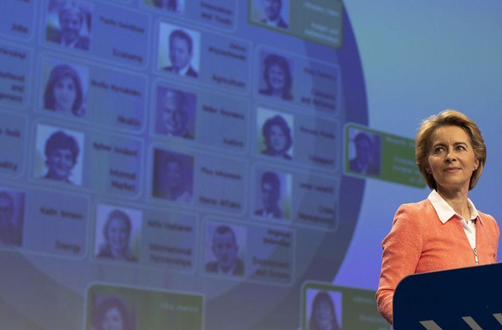 Ursula von der Leyen  stellt während einer Pressekonferenz in der Brüsseler EU-Zentrale ihr Team von Kandidaten für die EU-Kommission vor – zwei Kandidaten wurden nun abgelehnt. Foto: dpa/Virginia Mayo